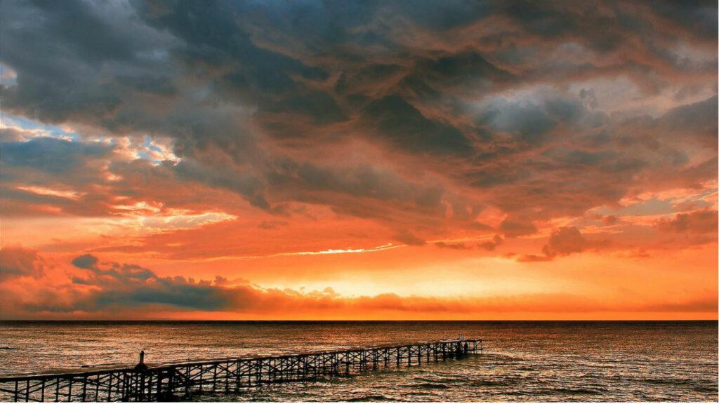 Небесное зарево над морем