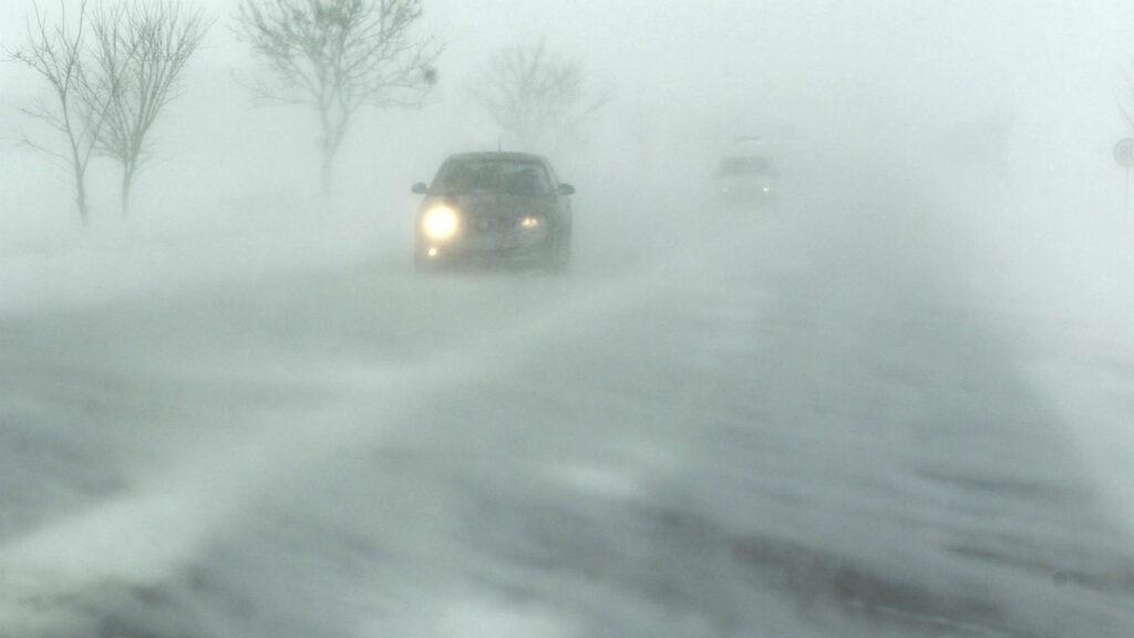 Снежная буря на дороге