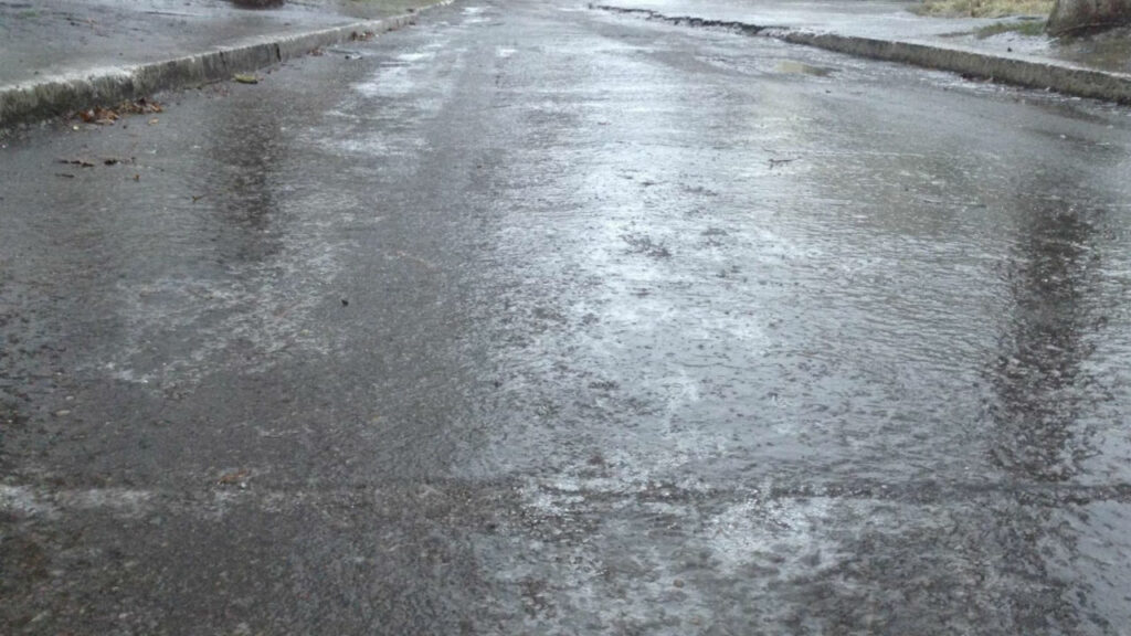 Корка льда на дороге