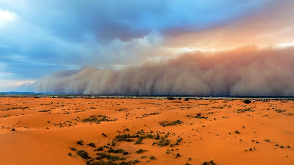 Поднятый в воздух песок в пустыне
