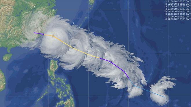 Монтаж космических изображений тропического циклона
