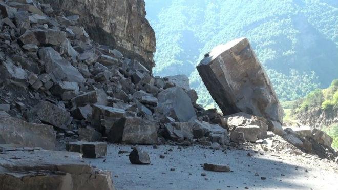 Упавшие обломки камней