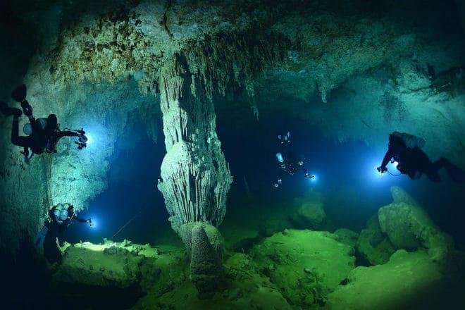Большая голубая дыра под водой