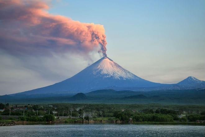 Выброс пепла из вулкана Ключевская Сопка