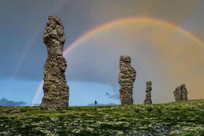 Радуга над каменными столбами в Маньпупунер