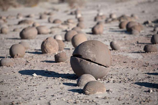 Множество каменных шаров на острове Чамп