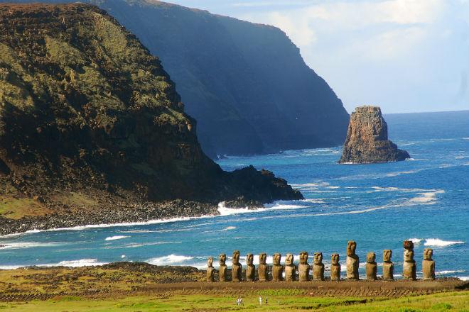Статуи Моаи на берегу острова Пасхи