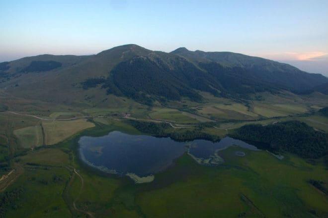 Вид на озеро Эрцо с высоты птичьего полета