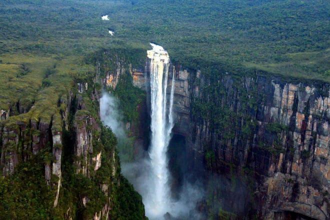Вид сверху на водопад Анхель