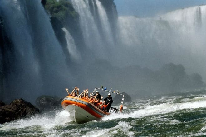 Экскурсия на лодке под водопадом Игуасу