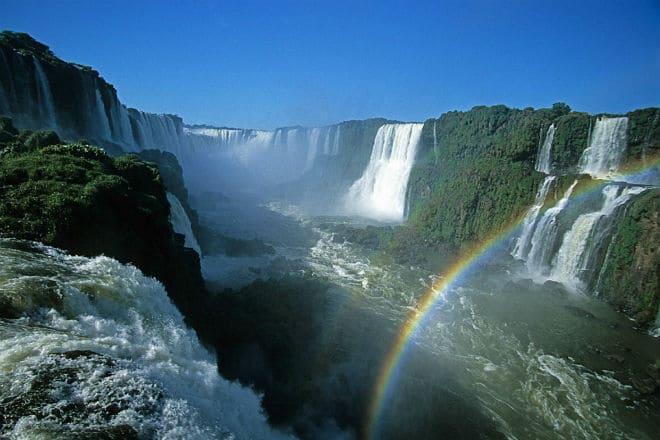 Радуга от брызг водопада Игуасу