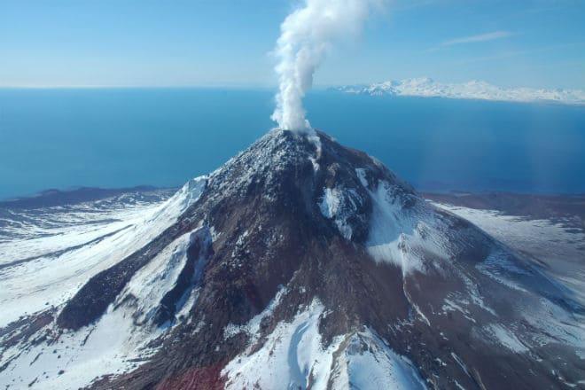 Выброс газа из жерла вулкана Эребус