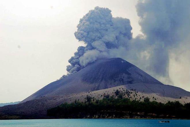 Выброс пепла из жерла вулкана Анак-Кракатау