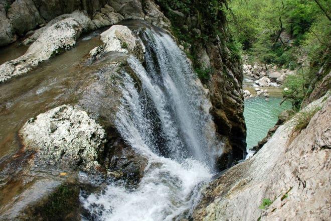 Падающий поток воды реки Агура