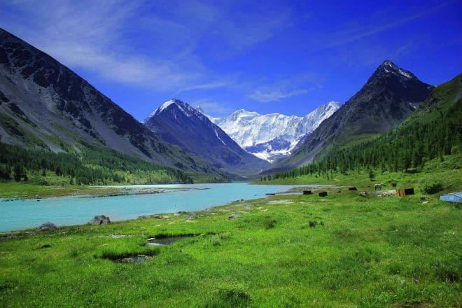 Река у подножия Алтайских гор