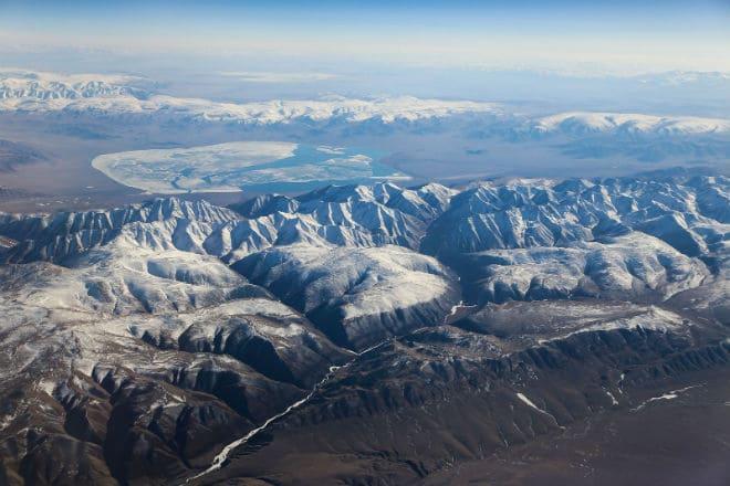 Вид сверху на Алтайские горы