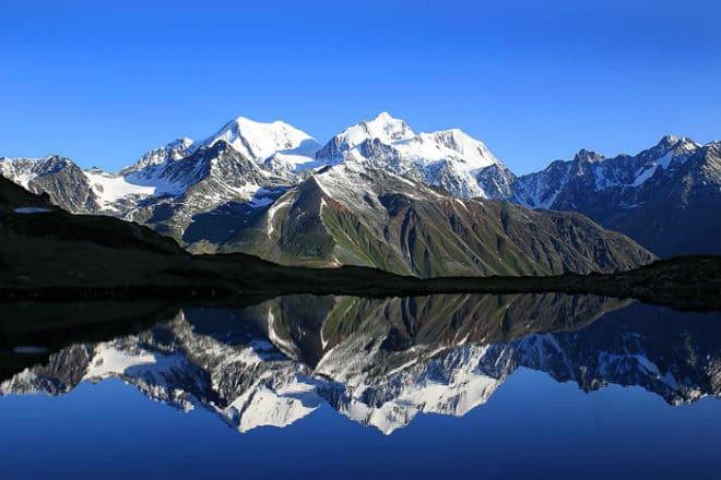 Озеро возле горы Белуха