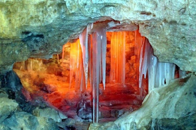 Сталактиты в Кунгурской ледяной пещере