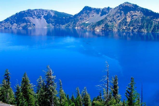 Горы на побережье озера Байкал