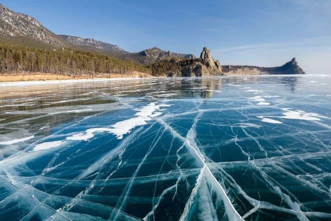 Лед на озере Байкал зимой
