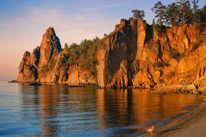 Скалы на берегу озера Байкал