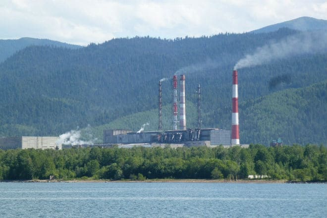 Целлюлозно-бумажный комбинат на берегу Байкала