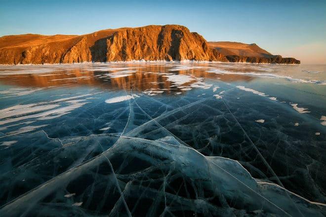 Озеро Байкал в зимнее время года