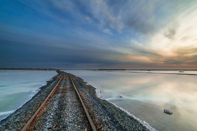 Железная дорога вдоль озера Баскунчак