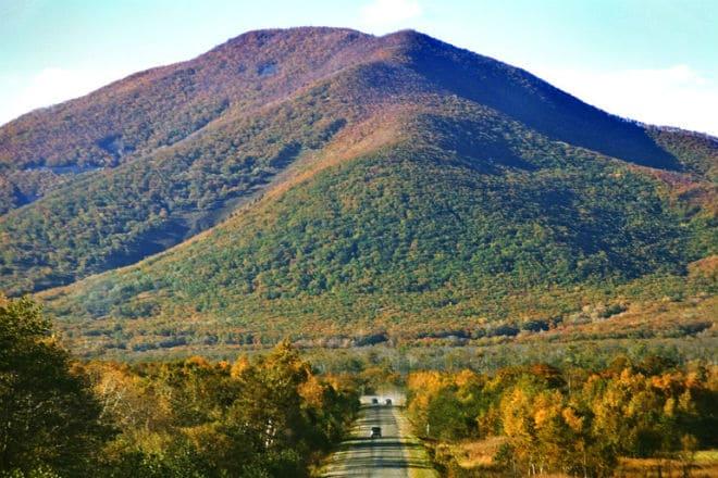 Дорога у подножия гор Сихотэ-Алинь