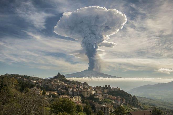 Облако в виде гриба при извержении Этны в 2018 году