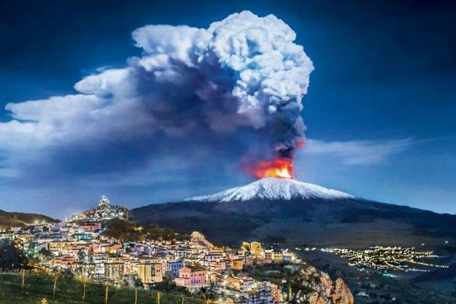 Извержение вулкана Этна в Сицилии