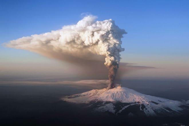 Выброс пепла из жерла вулкана Этна в Сицилии