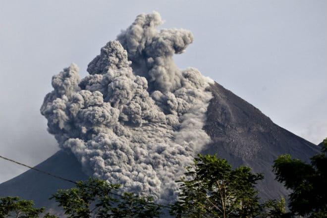 Вулкан Мерапи во время извержения