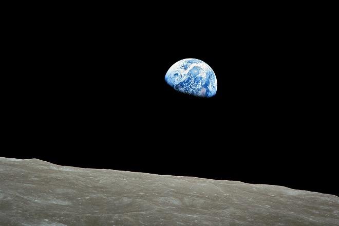 Фото, полученное Уильямом Андерсом, пилотом корабля «Аполлон-8» 24 декабря, 1968, показана видимая часть Земли