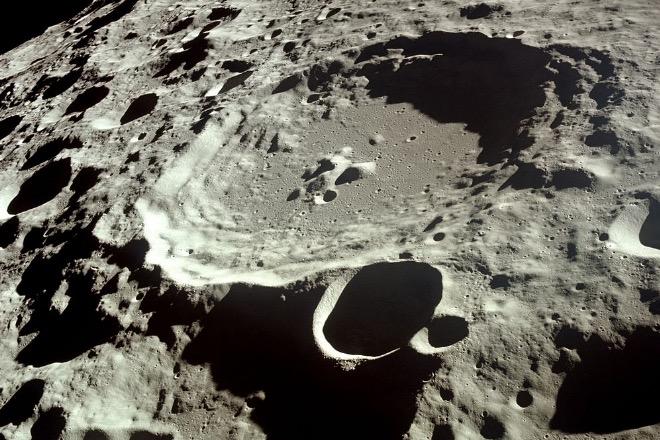 Кратер Дедал, диаметр- 93 км, глубина- 3 км (фото НАСА)