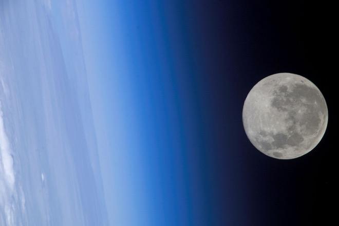 Луна с борта МКС 24 февраля 2005 года