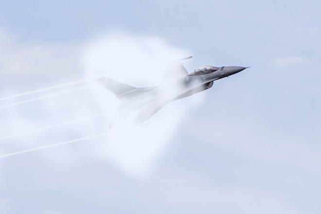 Самолет преодолевает скорость звука